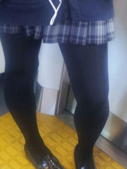 【画像】黒タイツを履いてる素人JKの美脚がエロ過ぎ! No.8