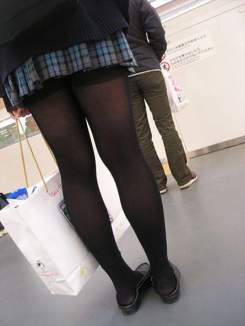【画像】黒タイツを履いてる素人JKの美脚がエロ過ぎ! No.4