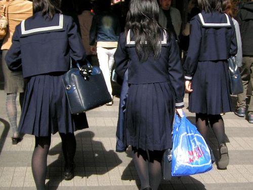 【画像】黒タイツを履いてる素人女子高生の美脚がエロ過ぎ! 36枚 No.1