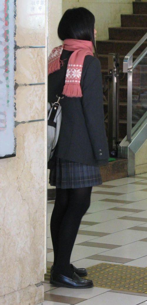 【画像】黒タイツを履いてる素人JKの美脚がエロ過ぎ! No.12