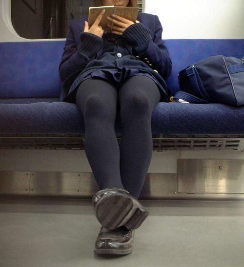 【画像】黒タイツを履いてる素人JKの美脚がエロ過ぎ! No.17