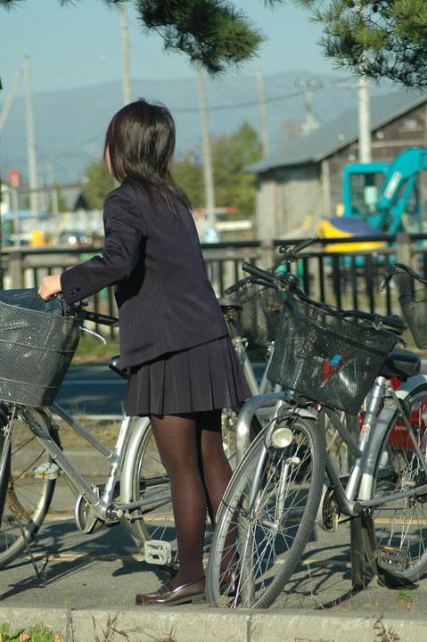 【画像】黒タイツを履いてる素人JKの美脚がエロ過ぎ! No.19