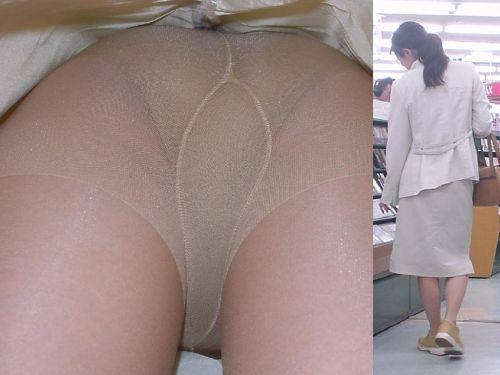ベージュのストッキングを履いた人妻や熟女を逆さ撮り盗撮したエロ画像まとめ No.3