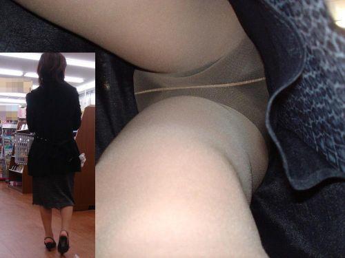 ベージュのストッキングを履いた人妻や熟女を逆さ撮り盗撮したエロ画像まとめ No.9