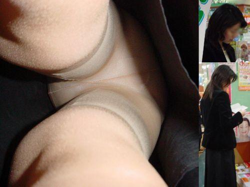 ベージュのストッキングを履いた人妻や熟女を逆さ撮り盗撮したエロ画像まとめ No.22