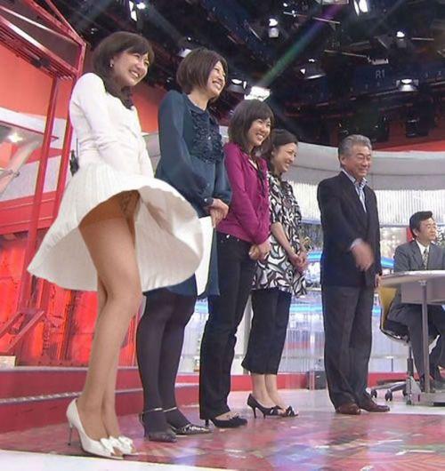 女子アナのテレビハプニングパンチラ画像が知的エロで抜けるwww 31枚 No.9