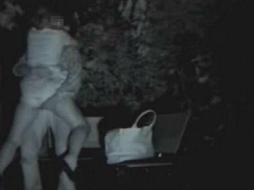 【盗撮画像】若いカップルの野外セックスが赤外線カメラで丸見えだわwww 32枚 No.15