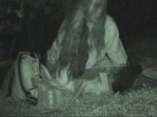 【盗撮画像】若いカップルの野外セックスが赤外線カメラで丸見えだわwww 32枚 No.30
