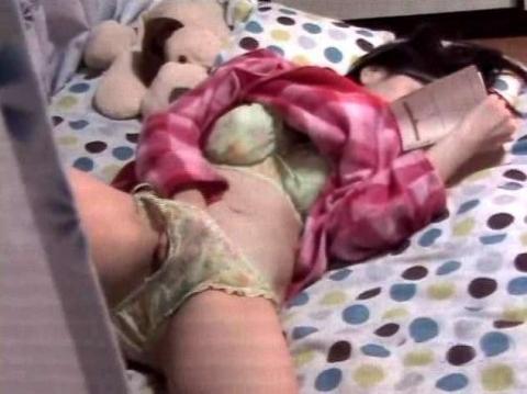 指でマンコをこねくり回してる女の子のオナニーを盗撮したエロ画像 33枚 No.27