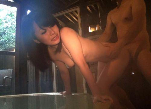 彼女や不倫相手と露天風呂で野外セックスしちゃってるエロ画像 38枚 No.5
