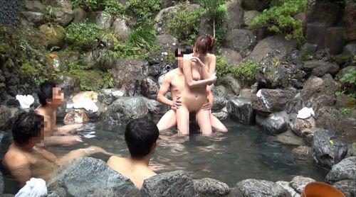 彼女や不倫相手と露天風呂で野外セックスしちゃってるエロ画像 38枚 No.8
