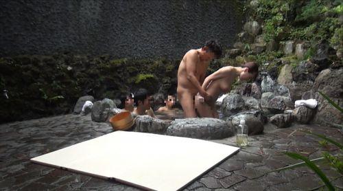 彼女や不倫相手と露天風呂で野外セックスしちゃってるエロ画像 38枚 No.12