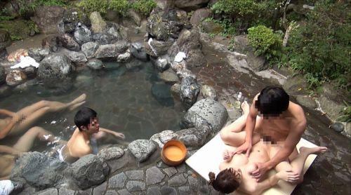 彼女や不倫相手と露天風呂で野外セックスしちゃってるエロ画像 38枚 No.13