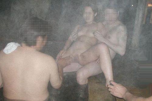 彼女や不倫相手と露天風呂で野外セックスしちゃってるエロ画像 38枚 No.16
