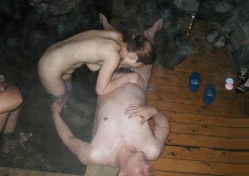 彼女や不倫相手と露天風呂で野外セックスしちゃってるエロ画像 38枚 No.21