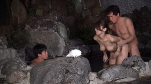 彼女や不倫相手と露天風呂で野外セックスしちゃってるエロ画像 38枚 No.35