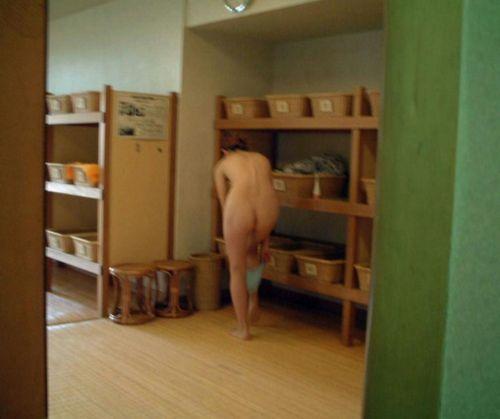 【画像】銭湯や温泉の女子更衣室の着替えを盗撮した結果www 37枚 No.23
