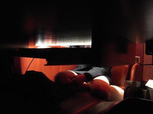 【画像】ネットカフェでくつろいでる女の子を盗撮したら色々撮れた! 30枚 No.2