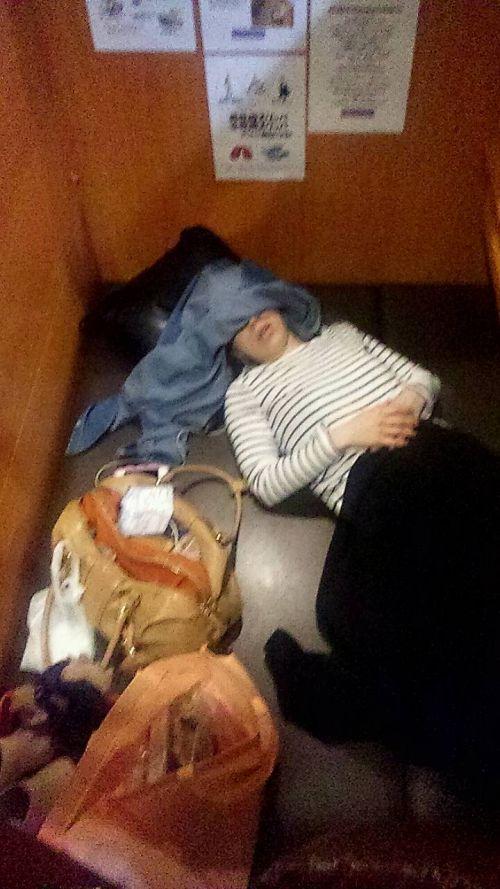 【画像】ネットカフェでくつろいでる女の子を盗撮したら色々撮れた! 30枚 No.18