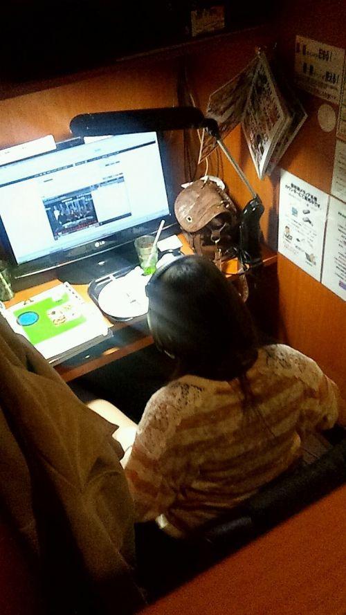 【画像】ネットカフェでくつろいでる女の子を盗撮したら色々撮れた! 30枚 No.19