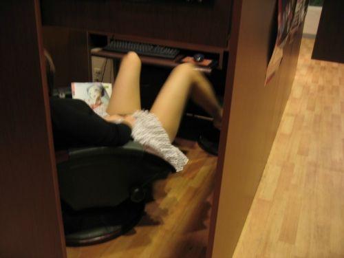 【盗撮画像】ネットカフェに女の子が一人で来たらオナニーしてるってマジ? 33枚 No.4
