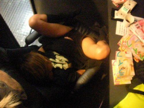 【盗撮画像】ネットカフェに女の子が一人で来たらオナニーしてるってマジ? 33枚 No.25
