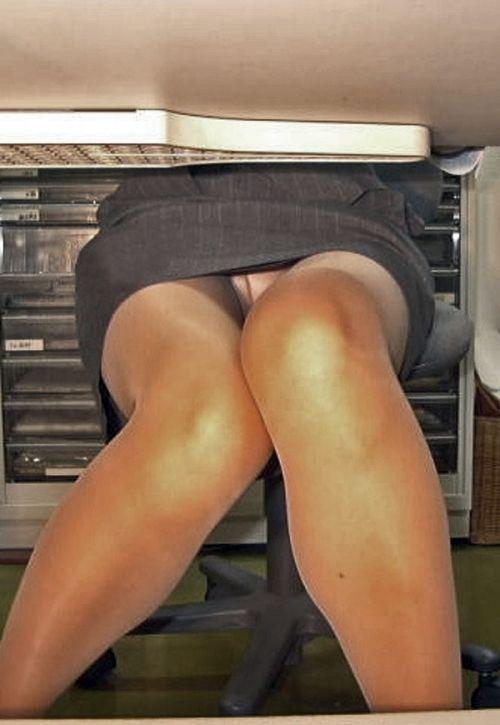 机の下で無防備にデルタゾーンパンチラしちゃってるOL盗撮画像 47枚 No.11