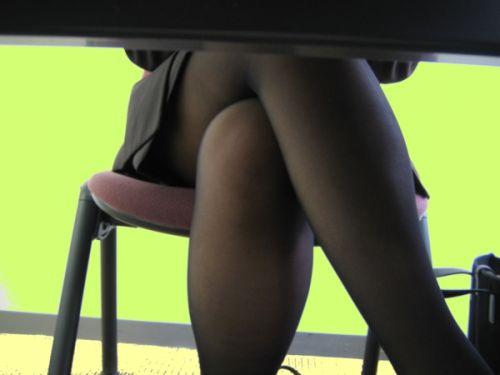 机の下で無防備にデルタゾーンパンチラしちゃってるOL盗撮画像 47枚 No.21