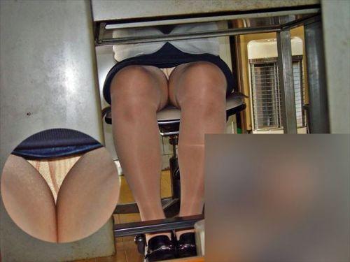 机の下で無防備にデルタゾーンパンチラしちゃってるOL盗撮画像 47枚 No.27