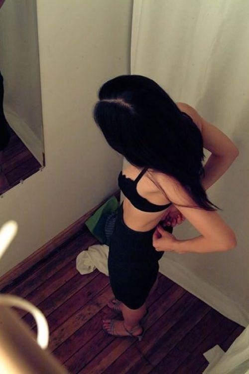 試着室で着替える女の子のおっぱいと腋チラにモッコリ盗撮エロ画像 33枚 No.8