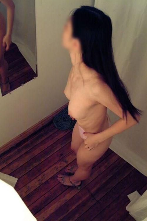 試着室で着替える女の子のおっぱいと腋チラにモッコリ盗撮エロ画像 33枚 No.21