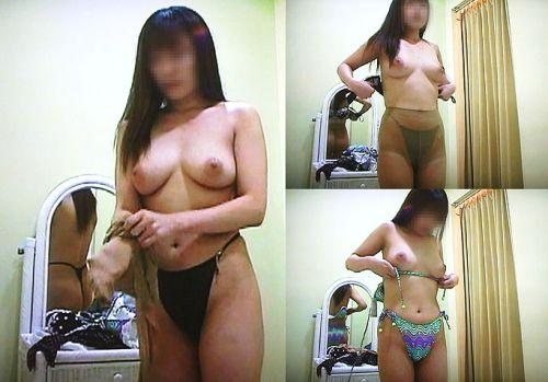 試着室で着替える女の子のおっぱいと腋チラにモッコリ盗撮エロ画像 33枚 No.23