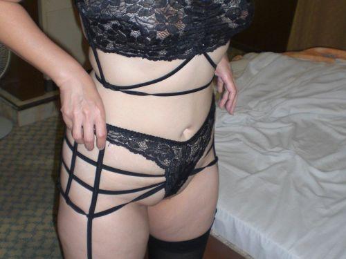 【エロ画像】熟女の派手で高級な黒下着を見たら熟女好きになったわwww 41枚 No.1