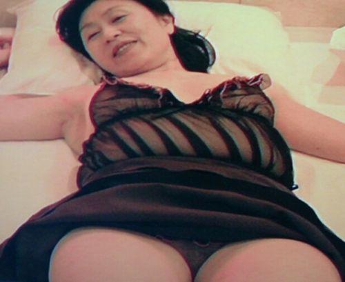 【エロ画像】熟女の派手で高級な黒下着を見たら熟女好きになったわwww 41枚 No.2
