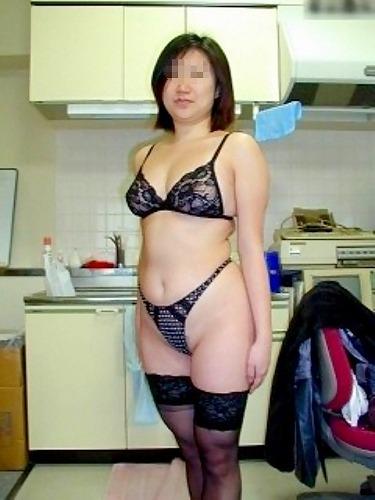 【エロ画像】熟女の派手で高級な黒下着を見たら熟女好きになったわwww 41枚 No.18