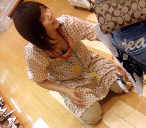 笑顏で可愛いショップ店員さんの胸チラ・乳首を盗撮したエロ画像 39枚 No.2
