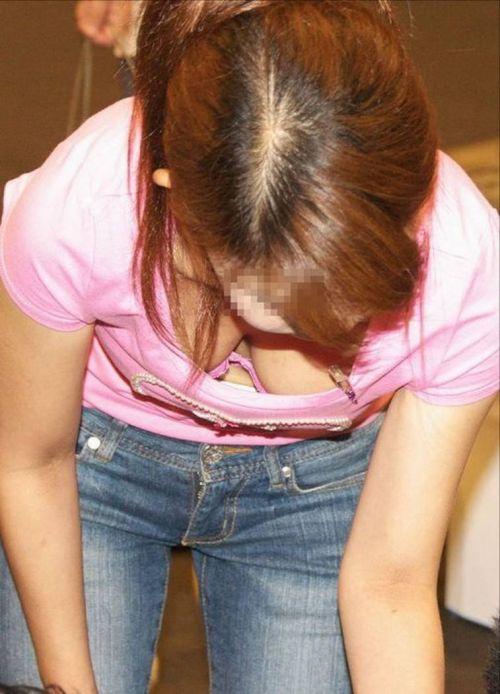 笑顏で可愛いショップ店員さんの胸チラ・乳首を盗撮したエロ画像 39枚 No.3