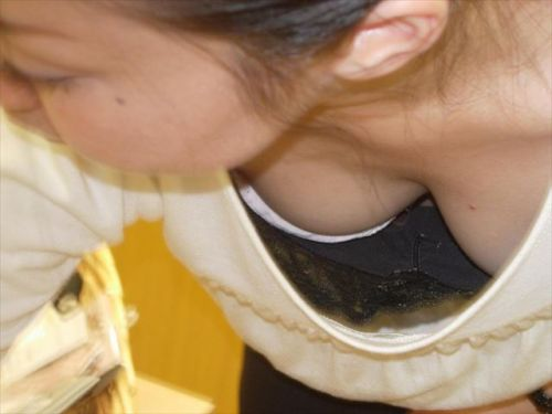 笑顏で可愛いショップ店員さんの胸チラ・乳首を盗撮したエロ画像 39枚 No.7