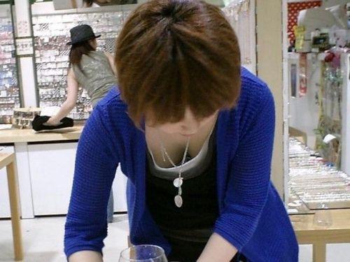 笑顏で可愛いショップ店員さんの胸チラ・乳首を盗撮したエロ画像 39枚 No.8