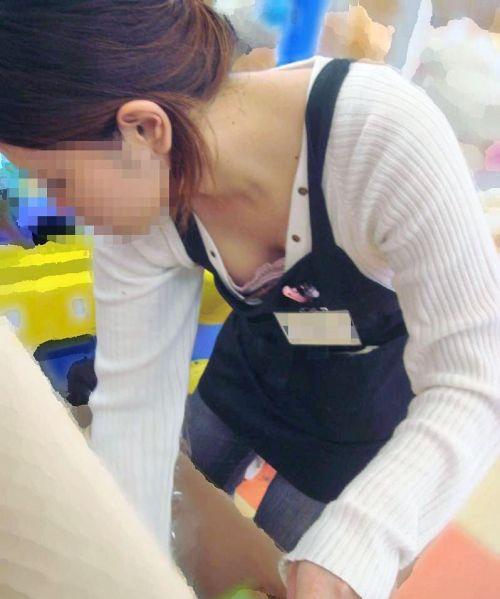 笑顏で可愛いショップ店員さんの胸チラ・乳首を盗撮したエロ画像 39枚 No.12