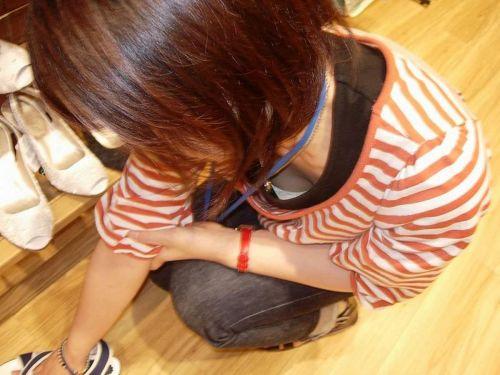 笑顏で可愛いショップ店員さんの胸チラ・乳首を盗撮したエロ画像 39枚 No.17