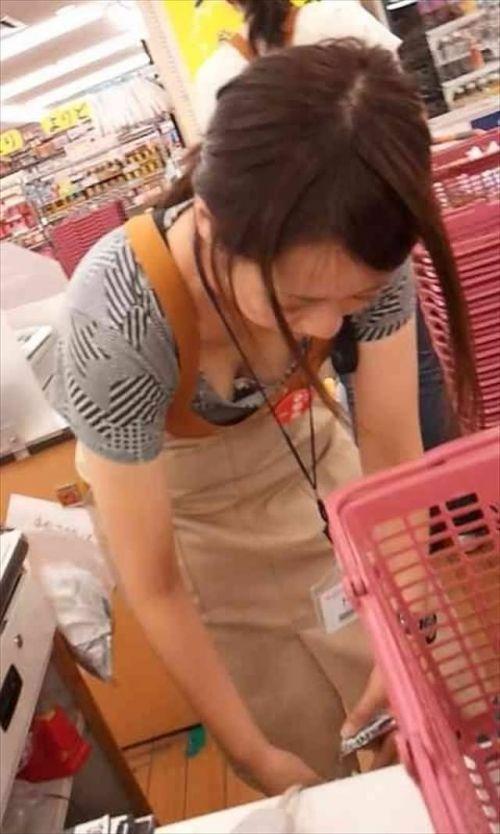 笑顏で可愛いショップ店員さんの胸チラ・乳首を盗撮したエロ画像 39枚 No.21