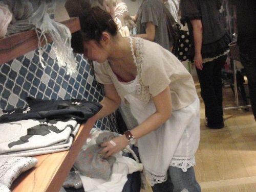 笑顏で可愛いショップ店員さんの胸チラ・乳首を盗撮したエロ画像 39枚 No.24
