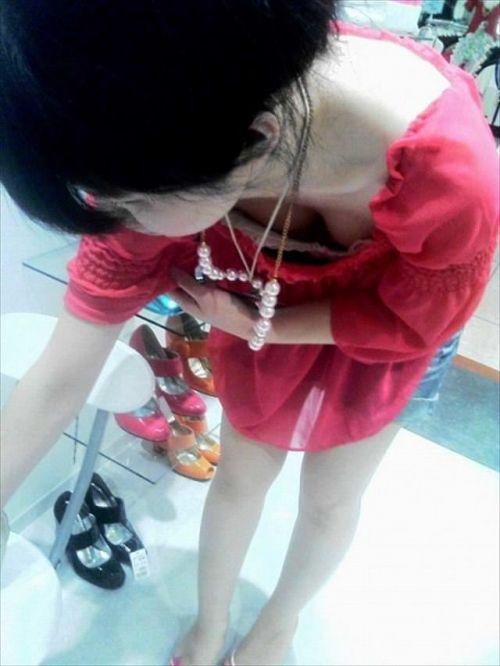 笑顏で可愛いショップ店員さんの胸チラ・乳首を盗撮したエロ画像 39枚 No.30