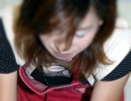 笑顏で可愛いショップ店員さんの胸チラ・乳首を盗撮したエロ画像 39枚 No.35