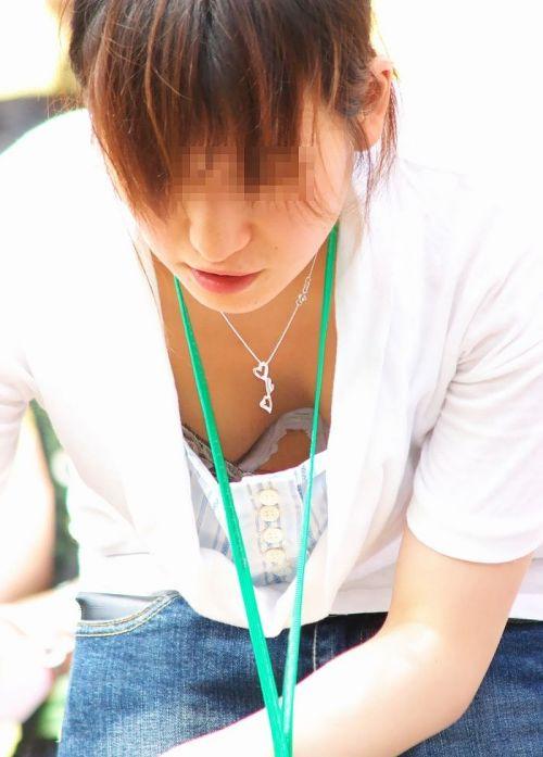 笑顏で可愛いショップ店員さんの胸チラ・乳首を盗撮したエロ画像 39枚 No.37