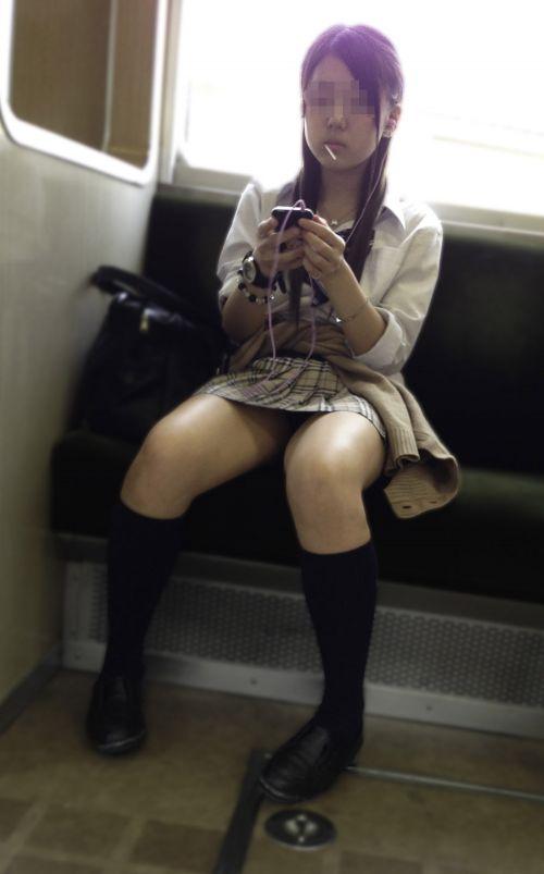 電車内でJKが無邪気にムチムチな太ももやパンチラを晒す盗撮画像 34枚 No.3