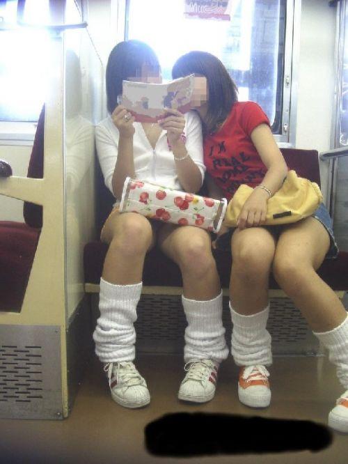 電車内でJKが無邪気にムチムチな太ももやパンチラを晒す盗撮画像 34枚 No.4