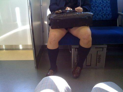 電車内でJKが無邪気にムチムチな太ももやパンチラを晒す盗撮画像 34枚 No.7