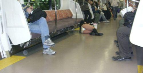 電車内でJKが無邪気にムチムチな太ももやパンチラを晒す盗撮画像 34枚 No.11